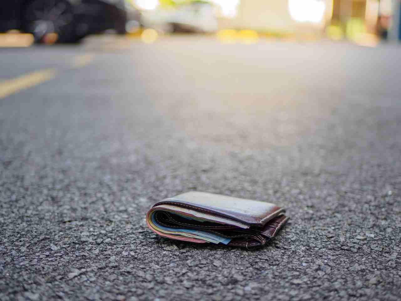 giovane perde portafoglio