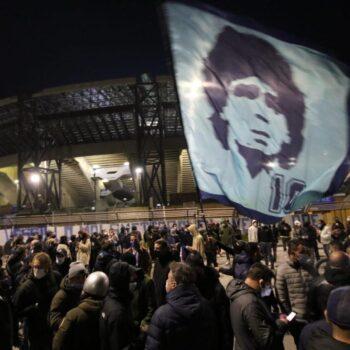 Napoli, l'omaggio dei tifosi napoletani a Diego Armando Maradona