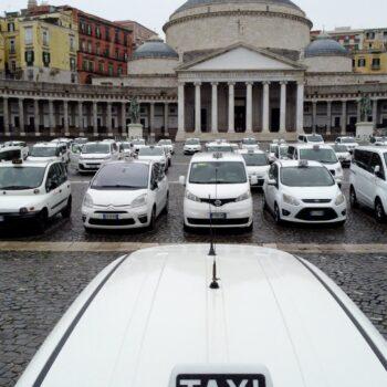 Napoli, stop a metro e bus per la notte di capodanno: 237 taxi garantiranno corse non stop