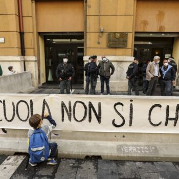 Dad, proteste in Campania e scontri davanti la sede della Regione