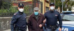 polizia accompagna anziano vaccino
