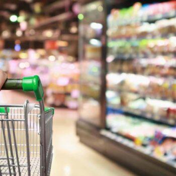 uomo distrugge supermercato